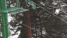 阻力的部分举,扭转机制推力  为滑雪者和挡雪板举 kiting的河滑雪多雪的体育运动冬天 股票视频