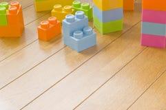 阻拦五颜六色的玩具 免版税库存照片