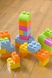 阻拦五颜六色的玩具 免版税库存图片
