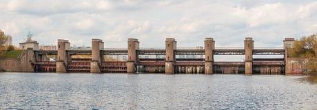 阻拦河和提高航海的水坝水平面 图库摄影
