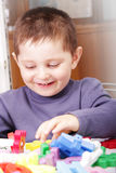 阻拦演奏微笑的玩具的男孩 免版税图库摄影
