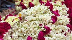 阻止明亮地色的花的诗歌选印度人在花市场上在甘加河,瓦腊纳西,印度,4k附近 股票视频