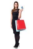阻止现金卡和袋子的购物妇女 免版税库存照片