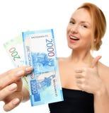 阻止现金金钱二千和一百俄罗斯卢布的少妇笔记手中优胜者惊奇 免版税库存图片