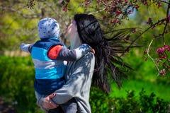 阻止胳膊的年轻母亲小孩儿子 免版税库存图片