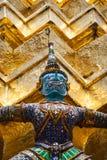 阻止金黄chedi的邪魔雕象在曼谷玉佛寺宫殿,亦称鲜绿色菩萨寺庙 曼谷, Thailan 库存图片