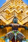 阻止金黄chedi的邪魔雕象在曼谷玉佛寺宫殿,亦称鲜绿色菩萨寺庙 曼谷, Thailan 库存照片
