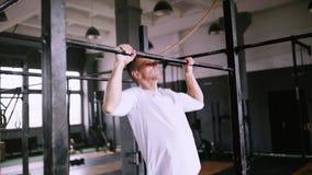 阻止锻炼在健身房或办公室初学者和中间体的 股票视频