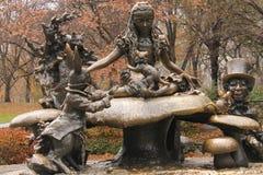 阿丽斯在妙境中央公园纽约在秋天 免版税库存照片
