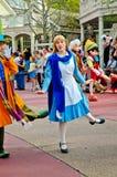 阿丽斯在妙境,迪斯尼节假日游行。 免版税库存照片