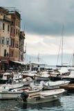 阿伦扎诺,意大利, 2017年7月11日:在大海和天空背景,菲诺港,意大利的小船停车处 普遍的游人 库存图片