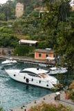 阿伦扎诺,意大利, 2017年7月11日:在大海和天空背景,菲诺港,意大利的小船停车处 普遍的游人 免版税库存图片