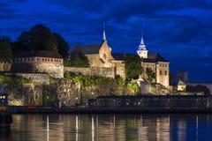 阿克什胡斯堡垒和城堡在晚上在奥斯陆,首都没有 库存照片