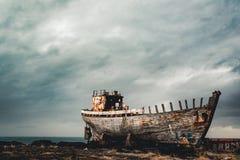 阿克拉内斯,冰岛- 2018年5月:往老生锈的小船和shipreck的看法 库存图片