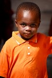 阿克拉,加纳ï ¿ ½ 3月18日:与smil的未认出的非洲男孩姿势 免版税库存图片