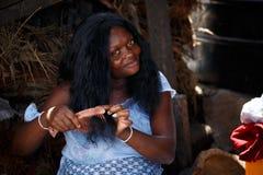 阿克拉,加纳ï ¿ ½ 3月18日:做haird的未认出的非洲妇女 库存图片