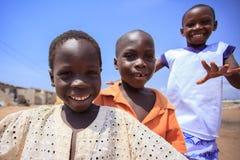 阿克拉,加纳ï ¿ ½ 3月18日:未认出的非洲男孩招呼对t 免版税库存图片