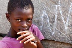 阿克拉,加纳ï ¿ ½ 3月18日:未认出的年轻非洲女孩姿势fo 免版税图库摄影