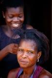 阿克拉,加纳ï ¿ ½ 3月18日:未认出的年轻非洲妇女做h 免版税图库摄影