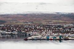 阿克雷里,冰岛- 2014年10月19日:阿克雷里与口岸、海湾、海湾和斯诺伊山的市都市风景 冰岛 库存照片