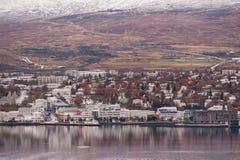 阿克雷里,冰岛- 2014年10月19日:阿克雷里与口岸、海湾、海湾和斯诺伊山的市都市风景 冰岛 库存图片