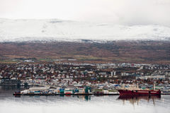 阿克雷里,冰岛- 2014年10月19日:阿克雷里与口岸、海湾、海湾和斯诺伊山的市都市风景 冰岛 免版税图库摄影