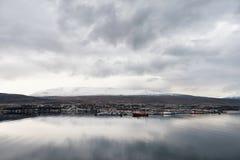 阿克雷里,冰岛- 2014年10月19日:阿克雷里与山的市都市风景在背景中 库存照片