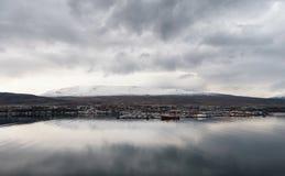阿克雷里,冰岛- 2014年10月19日:阿克雷里与斯诺伊山的市都市风景在背景中 免版税库存照片