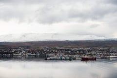 阿克雷里,冰岛- 2014年10月19日:阿克雷里与Moutain口岸和风景的市都市风景 库存图片