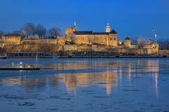 阿克什胡斯堡垒的晚上视图在奥斯陆,挪威 免版税库存照片