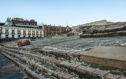 阿兹台克寺庙Templo市长和蛇朝向在特诺奇提特兰-墨西哥城,墨西哥废墟  库存图片