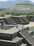 阿兹台克金字塔在春天 免版税库存照片