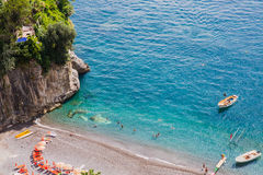 阿列恩佐绿松石水在波西塔诺附近使,阿马尔菲海岸,意大利靠岸 库存照片