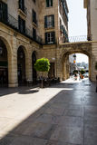 阿利坎特、曲拱和拱廊视图的,早晨Pkaza de Ayuntamiento广场 免版税图库摄影