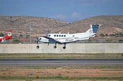 阿利坎特一架小型飞机的机场到来 免版税库存图片