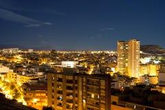 阿利坎特市晚上全景 库存图片