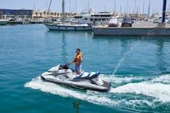 阿利坎特,西班牙- 2016年6月30日:hydrocycle的一个年轻人显示和平标志 阿利坎特海口  免版税库存图片