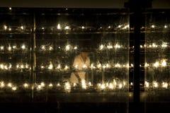 阿努拉德普勒,斯里兰卡- 2017年3月29日:提供一个蜡烛的男孩在寺庙Jaya Sri玛哈Bodhiya夜 免版税库存图片