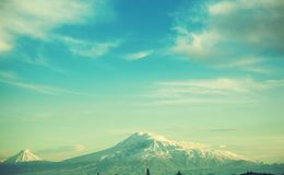 阿勒山山在天空下 免版税库存图片