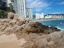 阿卡普尔科与大石头的海滩线 免版税库存图片