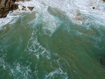 阿卡普尔科太平洋在石头挥动 免版税库存图片
