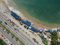 阿卡普尔科海湾空中顶视图海洋和城市道路从上面 库存图片