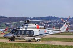 阿古斯塔韦斯特兰AW 139直升机在苏黎世机场中 库存照片