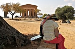 阿哥里根托西西里岛寺庙和游人 库存照片
