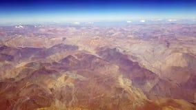 阿塔卡马沙漠和安地斯山的火山的鸟瞰图 免版税库存照片