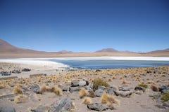 阿塔卡马沙漠石头风景和盐水湖在Uyuni 库存图片