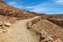 阿塔卡马沙漠风景unparved在小山的路 免版税图库摄影