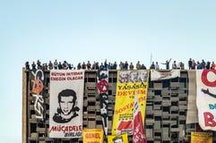 阿塔图尔克文化在Gezi公园抗议期间的中心(AKM自动步枪)大厦屋顶的平民在伊斯坦布尔,土耳其 图库摄影