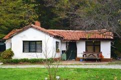 阿塔图尔克树木园是一个服务房子在树木繁茂区 免版税图库摄影