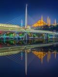 阿塔图尔克桥梁,地铁桥梁在晚上伊斯坦布尔 免版税库存图片